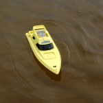 Игрушечная лодка на воде