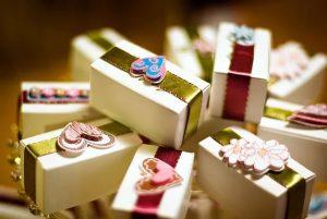 Что подарить на свадьбу молодым, деньги или подарок?