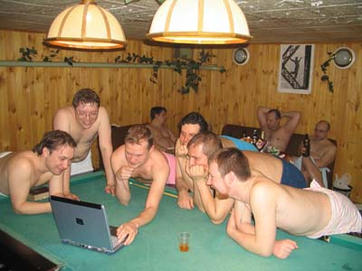 golie-parni-otdihayut-v-saune-veb-kamera