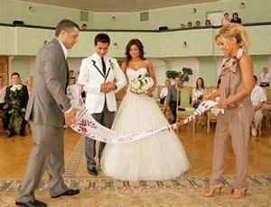 На свадьбе жених и невеста как должны сидеть